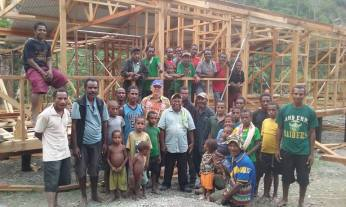 Group photo: Michael KOOB, Bp Rochus, construction workers, school children and villagers.