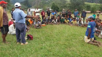 Member Samb talks to the Woitape station locals.