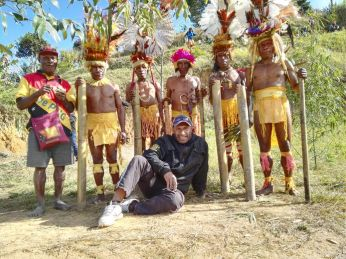 Kambisea Visat Project - Steve Clay with the Traditional dancers
